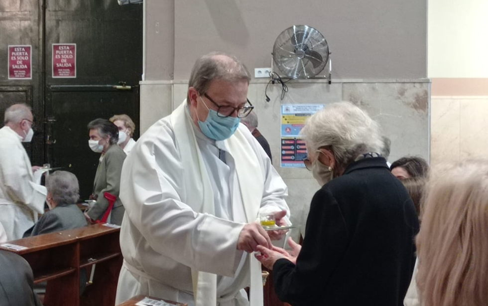 Un buen grupo de enfermos y ancianos de nuestra comunidad parroquial reciben la Unción en la Pascua del Enfermo