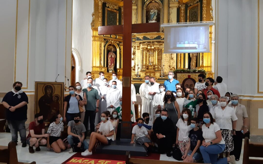 Los chicos de confirmación y sus familias participaron en el acto vocacional con la cruz y el icono de la JMJ en el Seminario